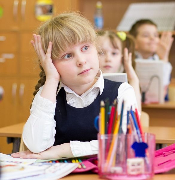 Девочка за партой на уроке