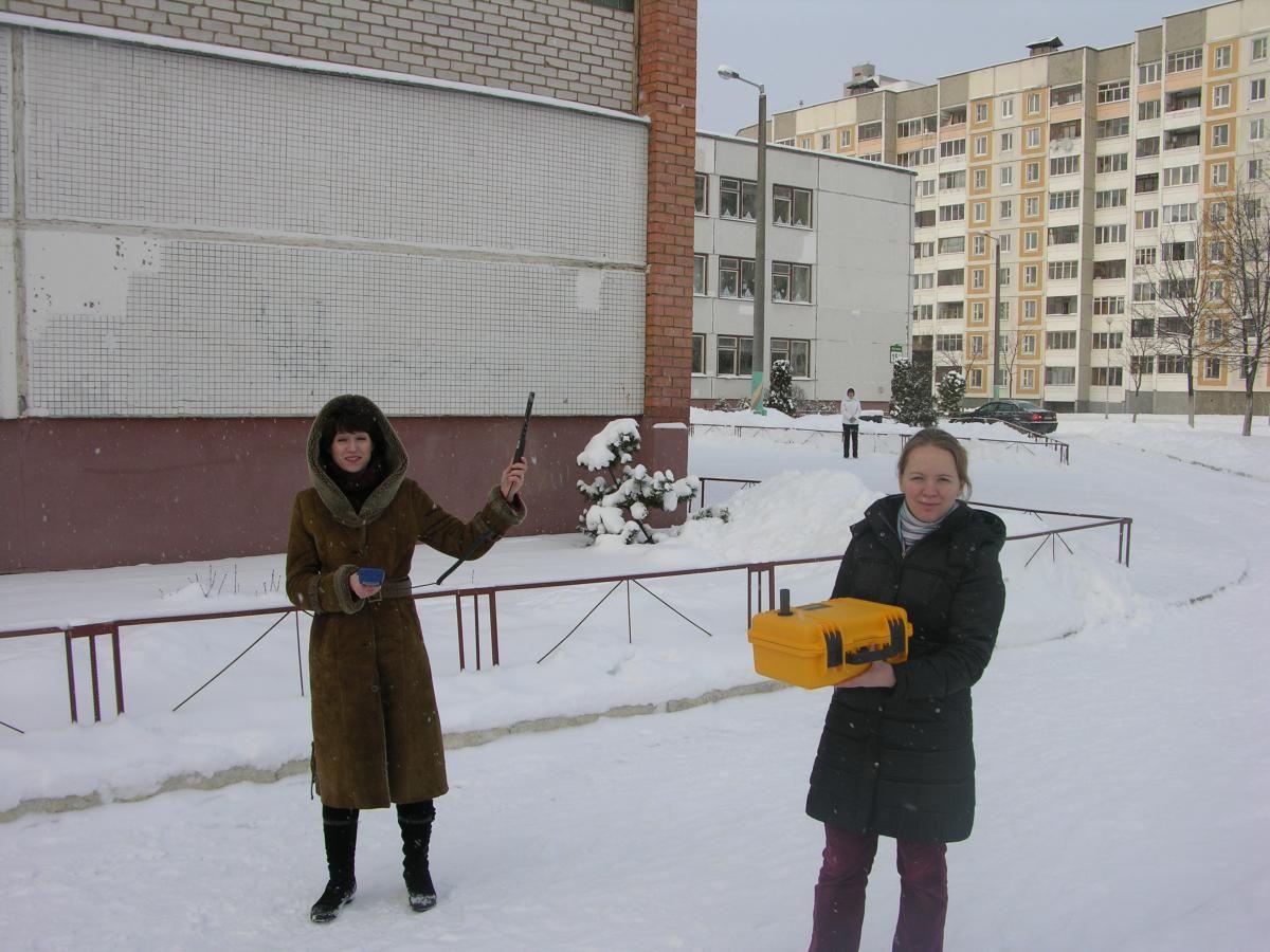 Учителя замеряют СО2 возле школы