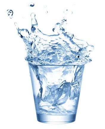Прозрачный стакан с водой