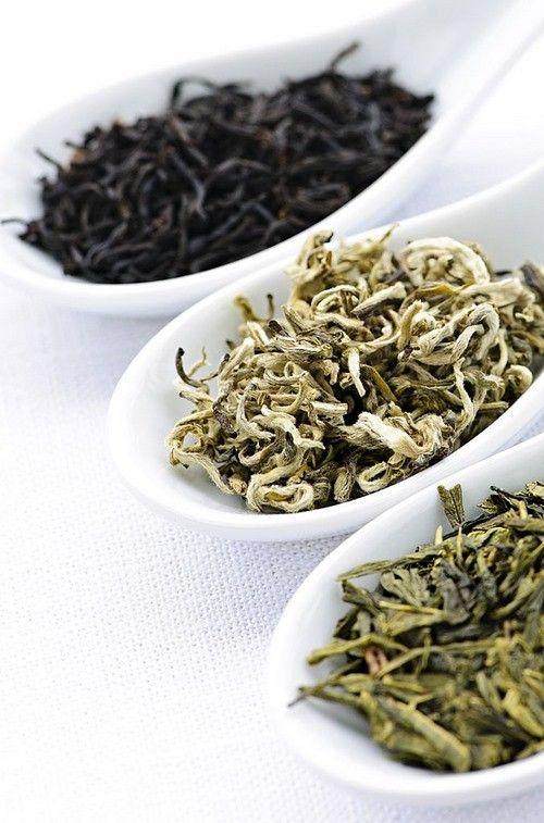 Три ложки с разными видами чая